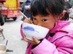雅安芦山七级地震报道:救援物资发放情况